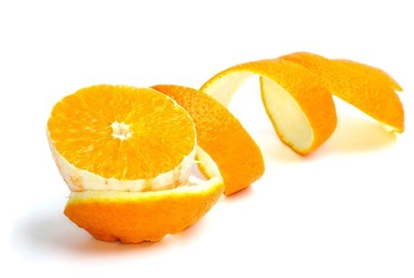 Cáscaras de naranja para eliminar la placa y el sarro